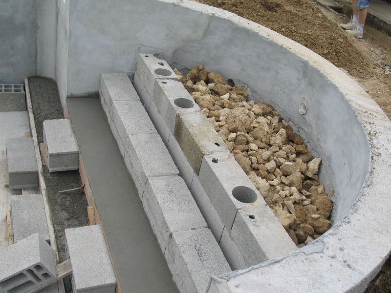 Construire escalier piscine beton for Construire sa piscine en kit